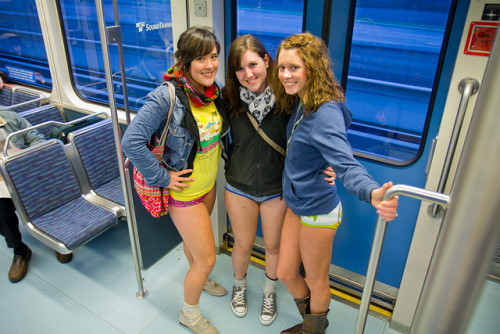No Trousers Tube Ride 2017: a Londra tutti in metro senza pantaloni